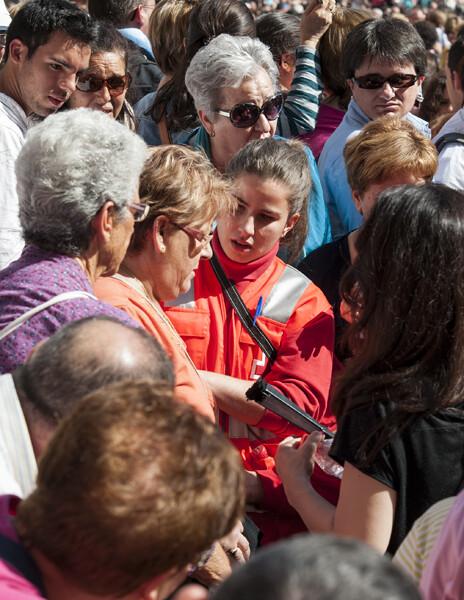 Una voluntaria de Cruz Roja atiende a una mujer en la plaza de la Virgen/Isaac Ferrera