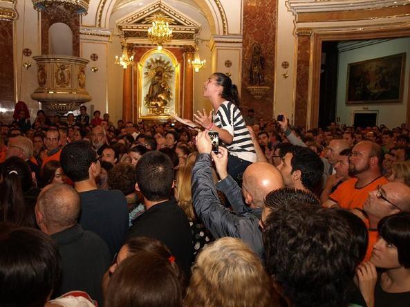 Una joven le canta una poesia a la Virgen en la Descoberta/artur part