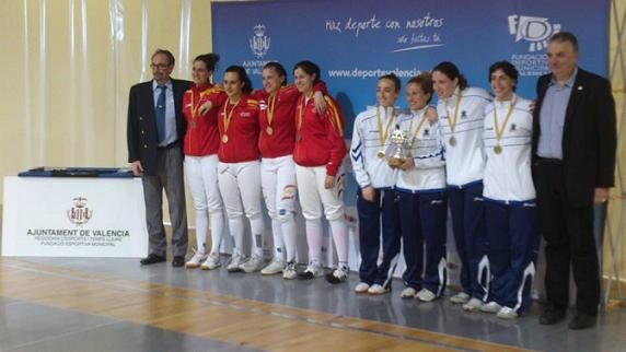A la derecha, el equipo de  esgrima femenina de la Sala d´Armes València/sav