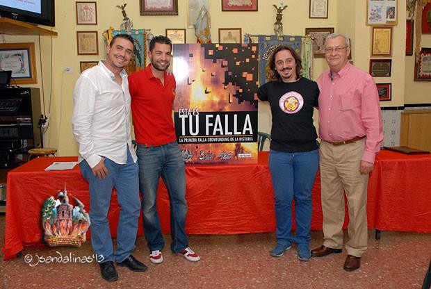 Los Sanfeliu, de Socarrat, José Luis Platero y Javier Palacios, presidente de la Falla.