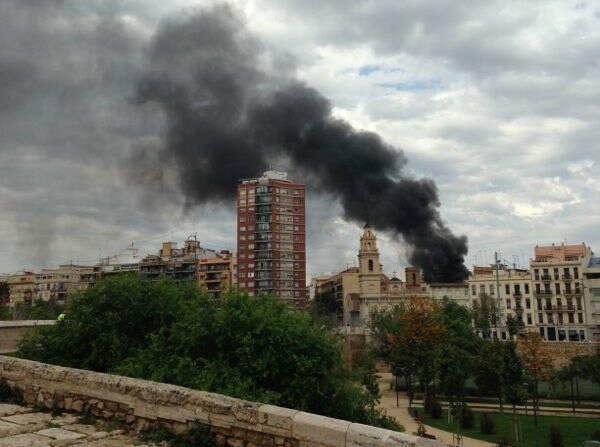 El incendio se ha visto en varios kilómetros a la redonda en la ciudad/levante-emv