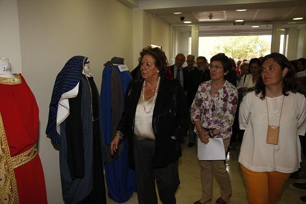La alcaldesa contempla algunos de los trajes hechos en el taller que saldrán en la procesión/ayto vlc