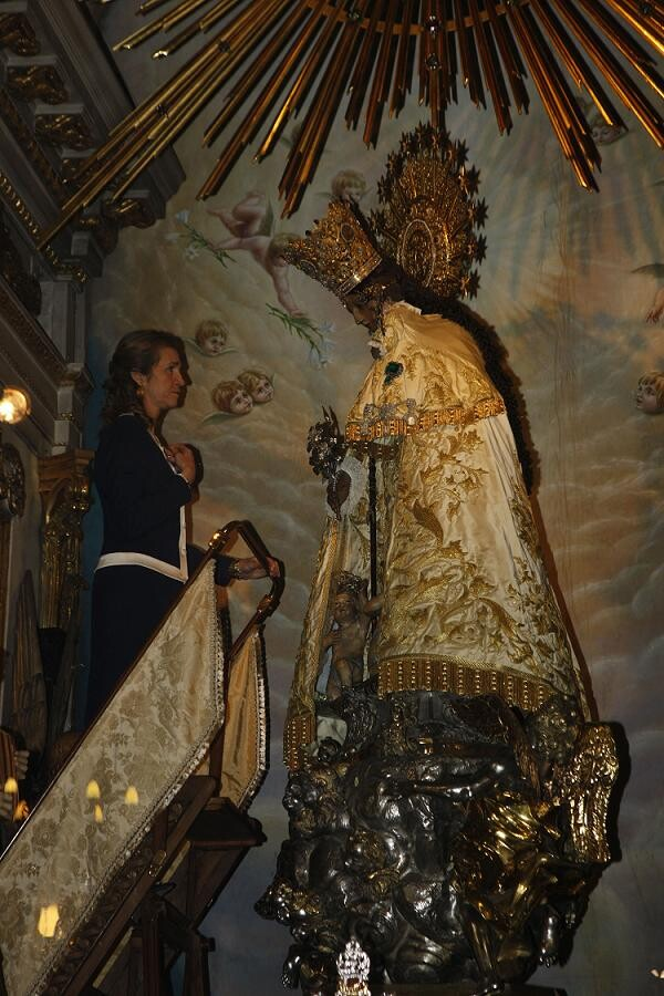 La Infanta Elena ora ante la Virgen de los Desamparados/pool