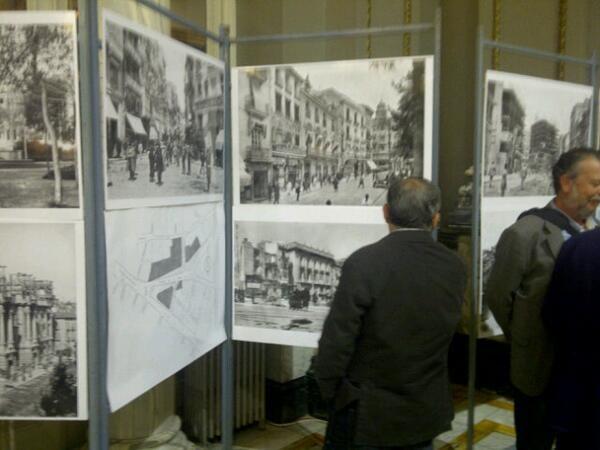 Varias personas observan varias fotos que también se incluyen en el libro/vlcciudad