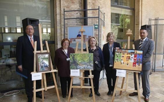El Defensor del Mayor y la edil Albert junto a dos de las pintoras de la exposición/ayto vlc