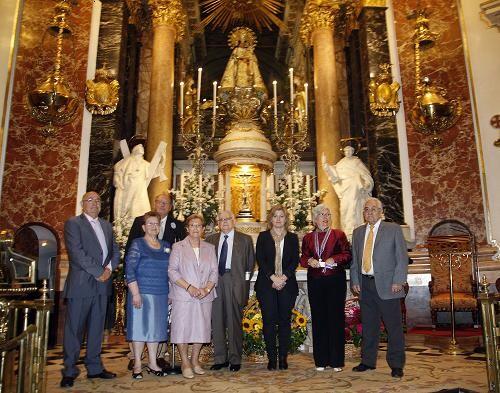 Varios asistentes al acto con la edil Albert en la Basílica/ayto vlc
