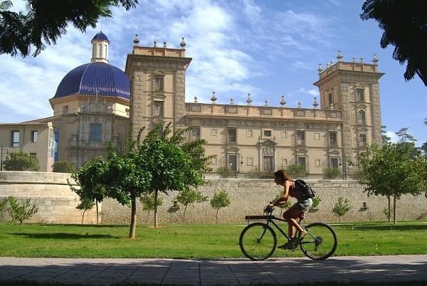 Un ciclista pasa por delante del Museo San Pío V/c.v.