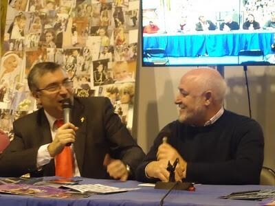 Paco Carles, a la derecha, conversa con Paco Celdrán, responsable del blog EOS/EOS