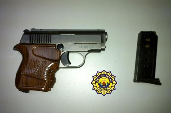 Pistola que se le ha incautado al detenido que iba con otros tres en un coche/plv