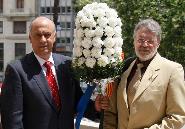 Antonio Rossell, presidente de Amics del Corpus, entrega el Pomell a Francisco Lledó. Foto de archivo