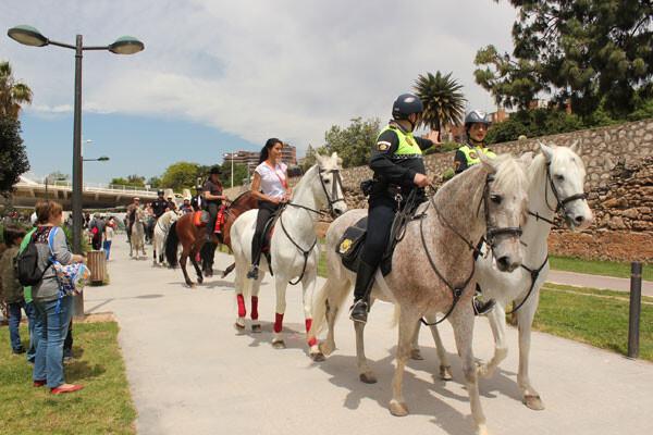 La comitiva del paseo ecuestre hasta el Parque de Cabecera vuelve al punto de partida. Foto: Javier Furió