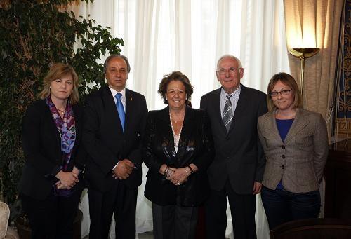 La alcaldesa con la edil Albert y los directivos de la asociación/ayto vlc