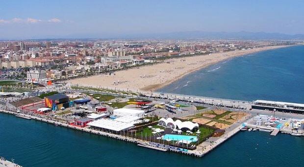 Vista aérea de la playa de las Arenas y el paseo marítimo de Valencia.