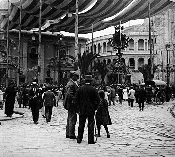 """El toldo, sujeto por postes denominados """"homens"""" en el Corpus de 1919."""