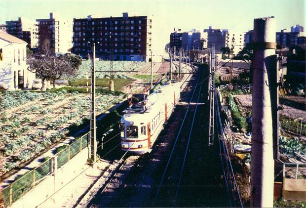 El trenet a su paso por Marxalenes. Foto Manuel Cambra. Años 80