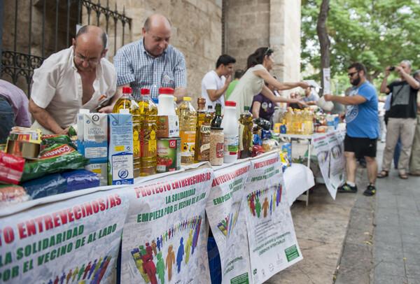 Directivos vecinales en las mesas montadas para recoger los alimentos/Isaac Ferrera