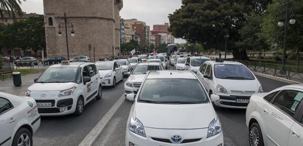 Los taxistas colapsaron las zonas próximas a las Torres de Serranos/isaac ferrera