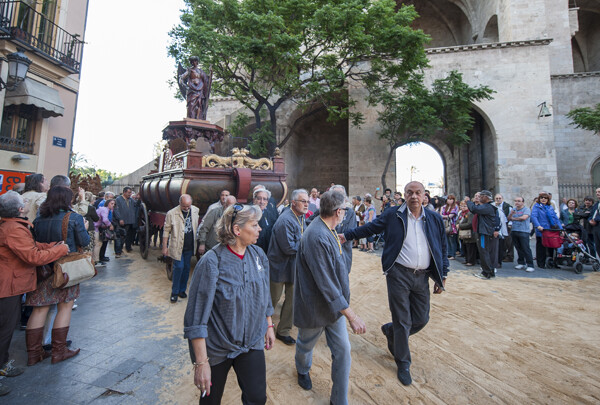 El concejal de Fiestas Paco Lledó también ayudó a llevar alguna de las rocas/Isaac Ferrera
