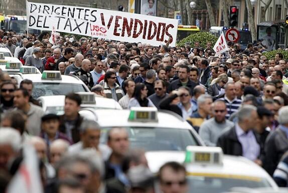 Manifestación de taxistas por las calles reclamando   mejoras