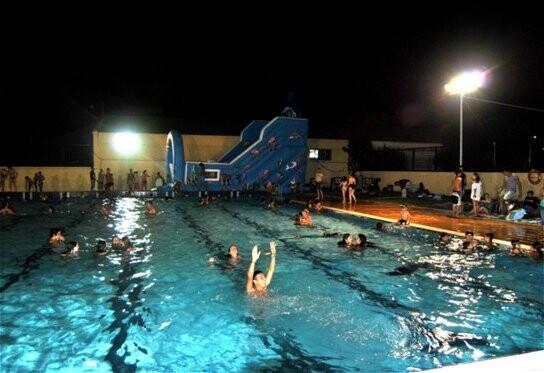 Actividad nocturna en la piscina del Parque del Oeste