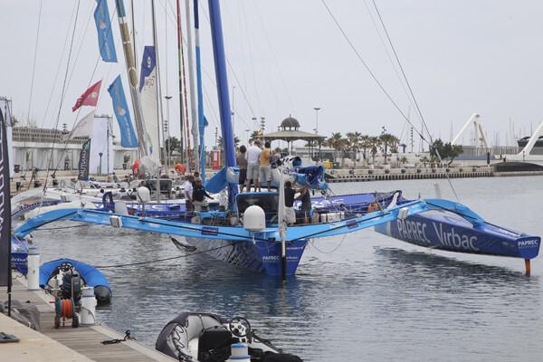 Uno de los trimaranes en el canal de la Marina Real Juan Carlos I/m.molines
