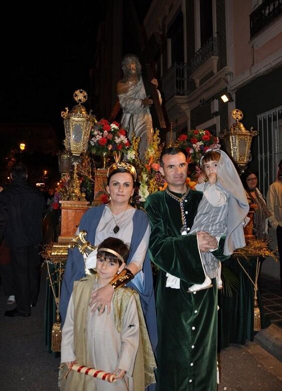 El presidente de la hermandad, Jorge Olivares, con su familia