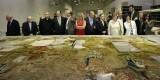 Los responsables de Iberdrola contemplan los trabajos de los tapices/iberdrola