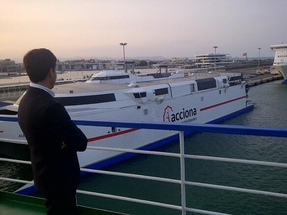 Pablo Landecho, director general del Consorcio, contempla la zona de la Marina Real con el catamarán en primer plano/vlcciudad
