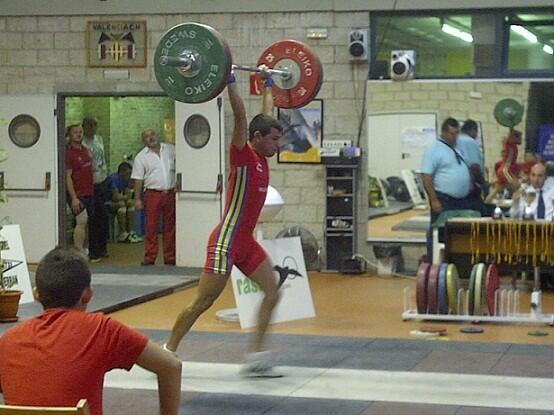 Un haltera durante una competición de halterofilia/p.v.