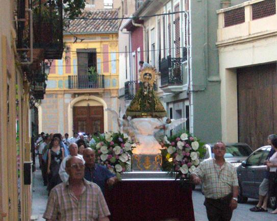 Los devotos llevan en procesión a la Virgen de Campanar/fiestasdesancristóbal