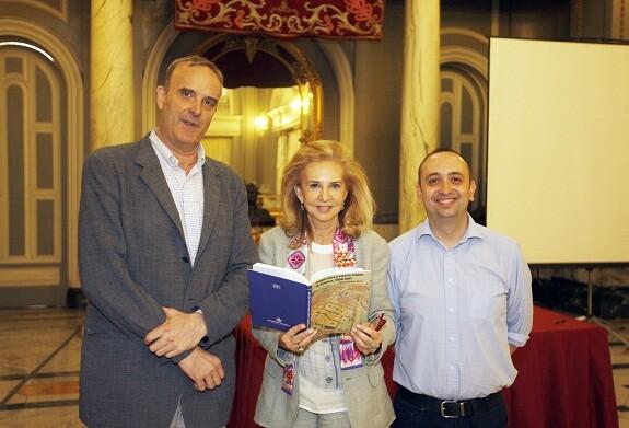 La edil de Cultura con el libro en la mano junto a su autor, a la izquierda./ayto vlc