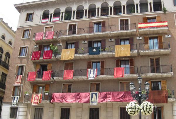 El edificio frente a la Basílica, que alberga los anclajes de la discordia. Foto: Javier Furió