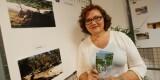 Carmen del Río con el folleto de la semana ciudadana en el panel de su asociación de vecinos/m.molines