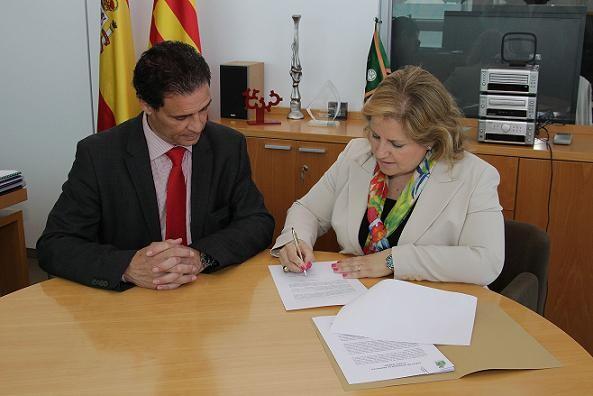 La edil María Angels Ramón-Llín firma la adhesion a los llars delante del director general/gva