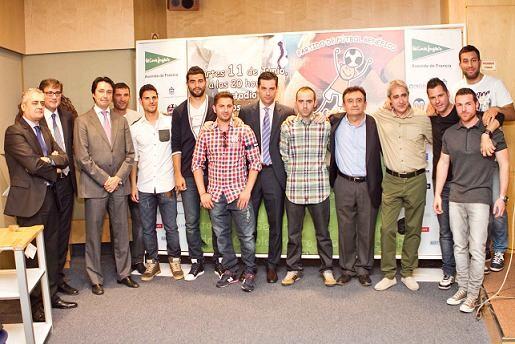 El grupo de futbolistas con el alcalde de Vilamarxant y La Pobla en la presentación del encuentro/El Corty Inglés