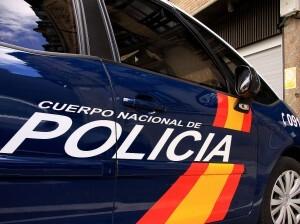 Un vehículo de la Policía Nacional patrulla por una calle