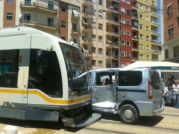La unidad del tranvía y el vehículo siniestrado/vlcciudad