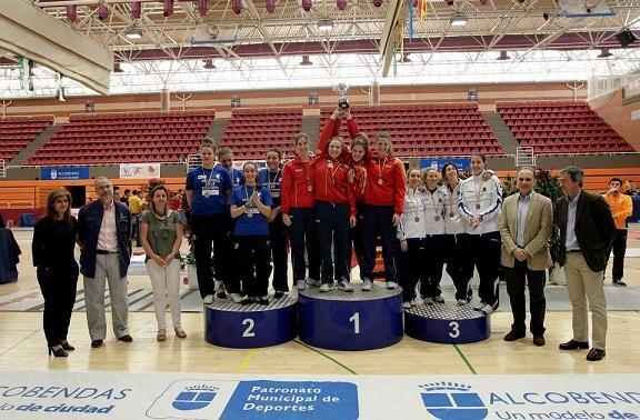 Las blanquiazules del  Sala d´Armes Valencia que han logrado el bronce, a la derecha/rfe