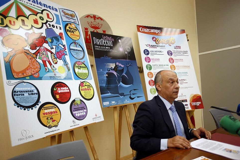 El concejal de Fiestas, Francisco Lledó, con los carteles de difusión de la Fira de Juliol