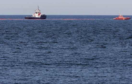 Varias embarcaciones controlan la mancha de fuel que apareció hace unos años en las playas valencianas