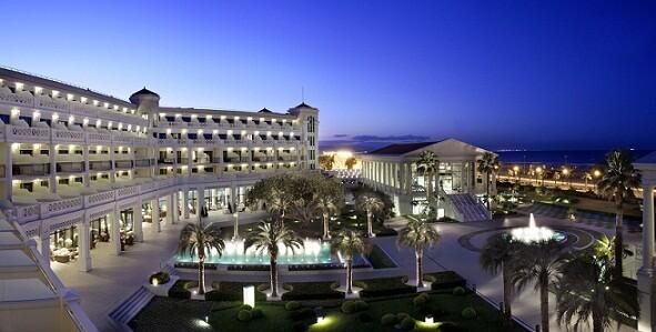 Vista nocturna de las instalaciones del hotel Las Arenas