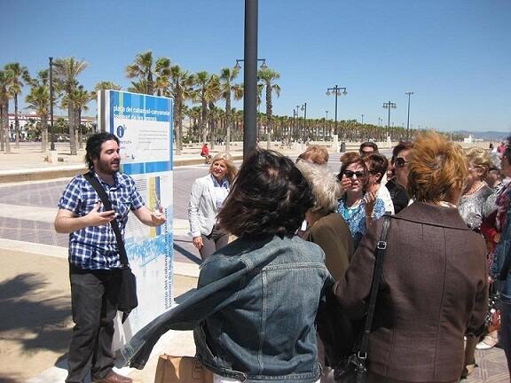 El monitor explica a los participantes los detalles de ese punto de la playa/ayto vlc