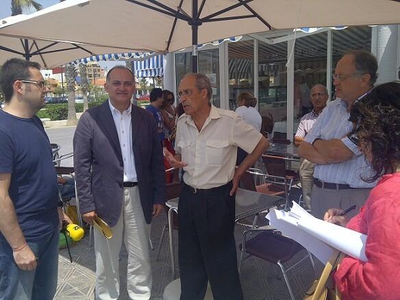 El portavoz socialista con el presidente de la Asociación de Vecinos de La Malvarrosa/vlcciudad