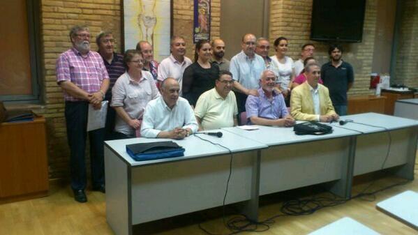 El presidente Paco Carles con su nueva junta de gobierno, el edil de Fiestas y el consiliario/j.m