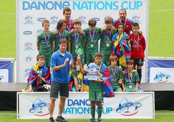 Los jugadores del Levante UD juvenil levanta el trofeo que les proclaman campeones de la mejor competición juvenil de España/danones cup