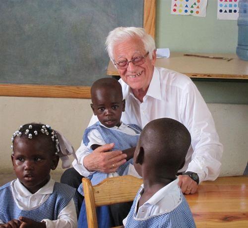 El padre Ángel con tres niños/Mensajeros por la Paz