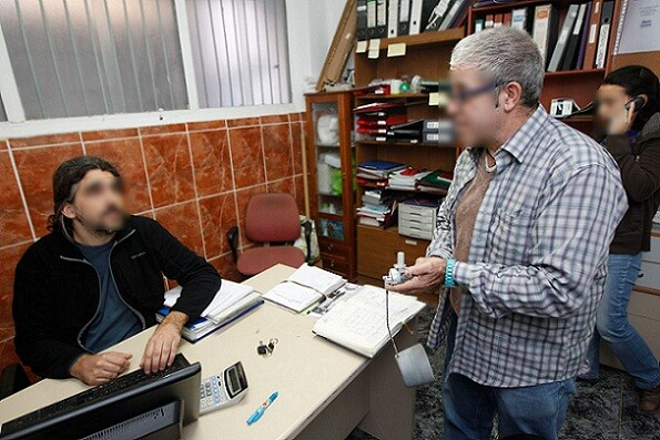 Un técnico orienta a un sin techo en la oficina/archivalencia