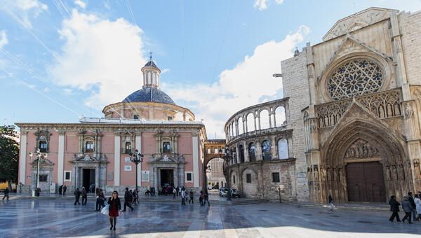 Plaza de la Virgen sin el toldo pero con la estructura y montaje instalados en la cubierta de la Basilica