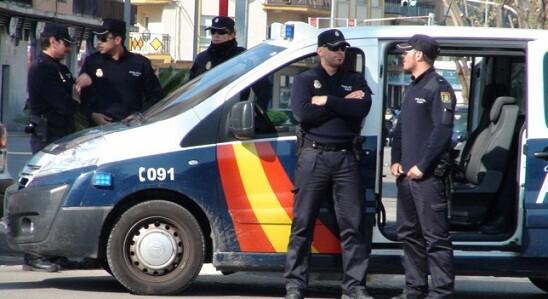 Agentes de la Policía Nacional en una calle de una ciudad
