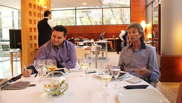 Rafael Blanquer nos cuenta en qué consiste el 'método Blanquer' mientras Manuel Furió toma notas. Foto: Javier Furió